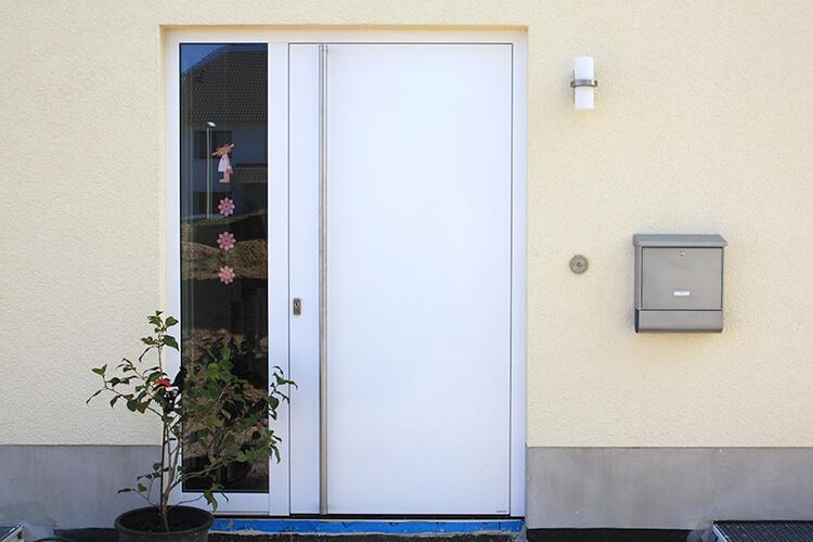 Geschlossene haustür  Eine neue Haustür für jeden Wohnstil gibt's bei Gütler. - Gütler